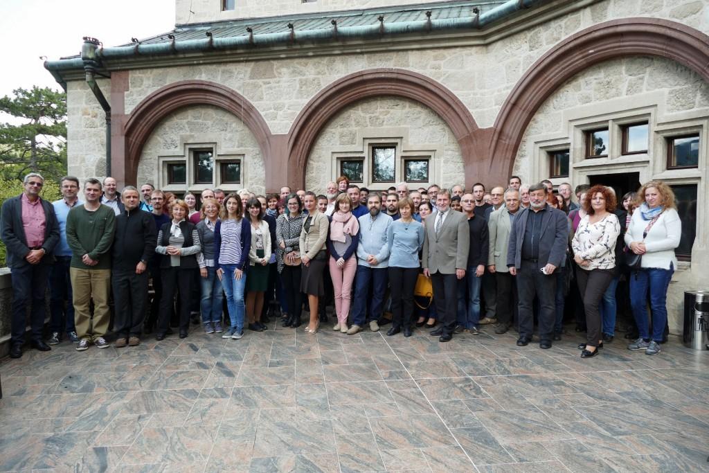 Spoločná fotografia pracovníkov Ústavu vied o Zemi SAV na terase Smolenického zámku