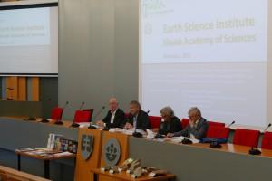 Členovia medzinárodného hodnotiaceho panelu počas úvodného dialógu s pracovníkmi       ústavu.