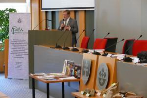 Riaditeľ ústavu RNDr. Igor Broska, DrSc. prezentoval históriu vzniku a prierez činností      zlúčeného ústavu.