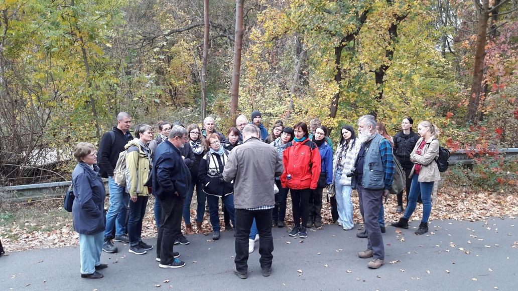 Účastníci exkurzie na lokalite v Prokopském údolí.