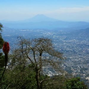 Hlavné mesto San Salvador v pozadí s kalderou Ilopango a aktívnym stratovulkánom St. Vincent