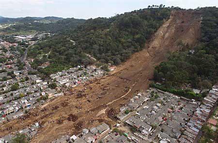 Katastrofický zosuv/zemný prúd Las Colinas v roku 2001 (827 obetí, 4520 zranených)