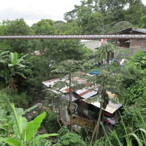 Príbytky chudoby postavené v stržiach sú pri tropických dažďoch ohrozené lahármi a povodňami