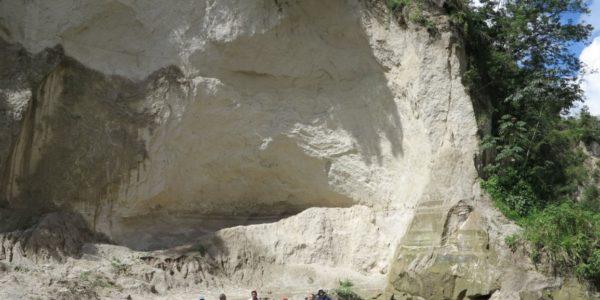 Veľká časť mesta je postavená na nesúdržných tufoch kaldery Ilopango z roku 536 n. l.
