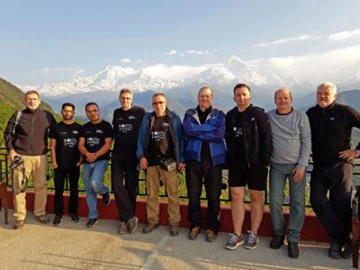 Účastníci terénneho výskumu v západnej časti nepálskych Himaláji. Zľava: Pavol Siman, Subash Acharya, Ashok Sigdel, Ján Madarás, František Marko, Juraj Papčo, Kamil Fekete, Andrej Mojzeš, Miroslav Bielik.  Pohľad na masív Annapurny (vľavo Annapurna South, 7219 m,  vpravo Machhapuchhre, 6997m) z dedinky Sarangkot (1500 m)  nad mestom Pokhara.