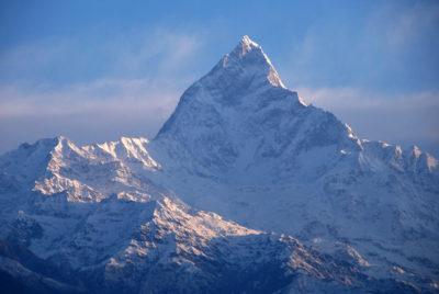 """Západohimalájsky """"Matterhorn""""  - Machhapuchre (6997 m) v masíve Annapurny tvoria bridlice a čierne kvarcity spodnokambrického veku."""