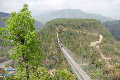 Oceľový visutý most v Kushma Mudikuwa 112 m nad riekou Modi Khola má dĺžku 359 m.