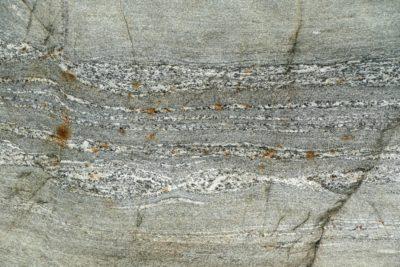 Páskovaná rula injekovaná granitickou taveninou. Bhurung, Tatopani, 1190 m.