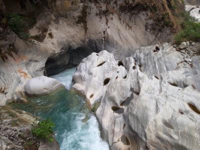 Kaňon Mistri Khola vo fylitoch a rulách neoproterozoického veku v blízkosti mohutnej mylonitovej zóny hlavného centrálneho násunu (MCT), geologickej hranice medzi Nízkymi a Vysokými Himalájami. Mistri Khola Hydroelectric Project, Dana.