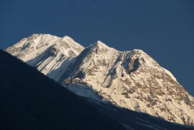 Južná stena a vrchol Dhaulagiri (8167 m) z Kalopani (2530 m). Vrcholovú časť Dhaulagiri, rovnako ako Annapurny tvoria staropaleozoické (kambricko - ordovické) sedimentárne horniny - bridlice, vápence, kremence.