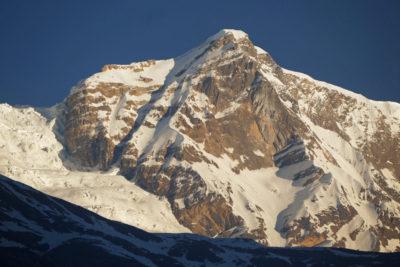 Detail kóty 5960 m na hrebeni medzi Dhaulagiri (8167 m) a Tukuche Peak (6920 m).