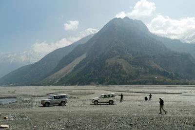 Aluviálna rovina výplne bývalého ľadovcového jazera v údolí Kali Gandaki Nadi river vo výške 2540 m, v blízkosti osady Larjung. Na obzore masív Nilgiri (7061 m).