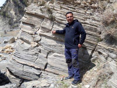 Ashok Sigdel na odkryve kambrických kremencov formácie Larjung. Larjung, 2550 m.