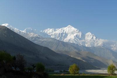 Masív Tilicho Peak (7134m, vľavo) - Nilgiri (7061 m - v strede vpravo) dominuje strednej časti údolia rieky Kali Gandaki Nadi. Tvorí ho mohutný komplex karbonátových hornín (prevažne vápencov) ordovického veku. Pohľad od severu, z Kagbeni (2810 m) južným smerom.
