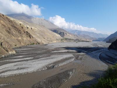 Aluviálne údolie Kali Gandaki Nadi v Kagbeni (2810 m). Pohľad na sever, do neprístupnej oblasti Horného Mustangu.