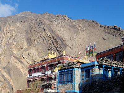Budhistický kláštor v Kagbeni (2810 m). V pozadí sedimentárne súbory pieskovcov, drob, slieňovcov a bridlíc spodnokriedového veku.