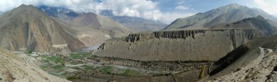 Panoráma Kagbeni (2810 m) v údolí rieky Kali Gandaki Nadi, Masív vľavo nad zeleným údolím (3950 m) tvoria bridlice, vápence a pieskovce spodnokriedového veku (neokóm). Smerom na sever je územie Horného Mustangu, na hranici s čínskym Tibetom. Dominantnú plošinu v strede nad údolím tvoria hrubé glaciálno - fluviálne usadeniny kvartérneho veku. Pohľad z výšky cca 3000 m.