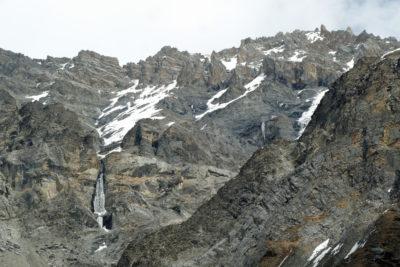 Rozoklaný masív Dajong Paldip (5413 m) v jurských karbonátových horninách nad Muktinath. Pohľad z výšky okolo 4000 m.