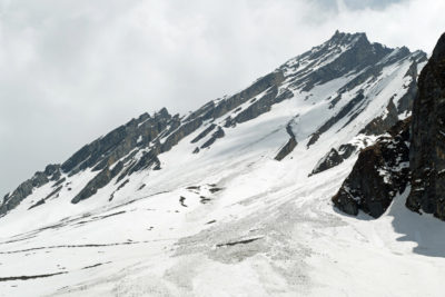 Hrebeň smerom na Thorung Peak (6144 m) z výšky 4100 m pod sedlom Thorung La Pass (5416 m).