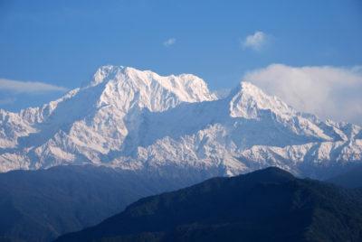 Masív Annapurna South (7219 m) dominuje panoráme nad mestom Pokhara (820 m). Pohľad z dedinky Sarangkot (1500 m) nad Pokharou.