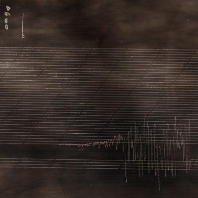 Záznam zemetrasenia z 25. 11. 2019 s epicentrom v Albánsku, na zadymenom papieri ako dôkaz funkčnosti historickej seizmickej stanice v Hurbanove. Archív Oddelenia seizmológie ÚVZ SAV.