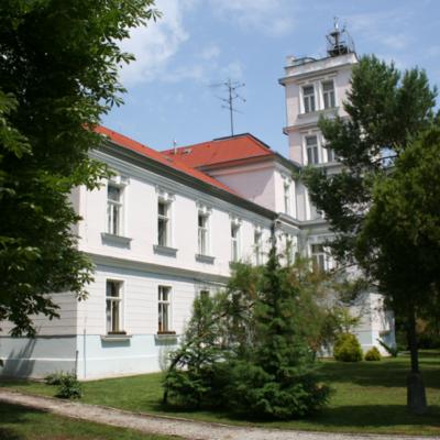 Hlavná budova Geomagnetického observatória v Hurbanove s neskôr pristavanou meteorologickou vežou. V súčasnosti je objekt v správe Ústavu vied o Zemi SAV. Foto: F. Valach.