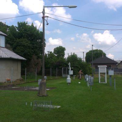 Miesto meteorologického stanovišťa v Hurbanove je nezmenené od roku 1901.  Vľavo seizmické observatórium. Foto: J. Madarás, 28. 5. 2018.