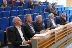 Členovia medzinárodného hodnotiaceho panelu počas prezentácií činností ústavu.