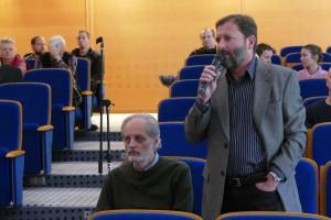 Predseda Vedeckej rady ÚVZ SAV RNDr. Marian Janák, DrSc. v diskusii s členmi       hodnotiaceho panelu.