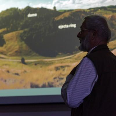 Jaroslav Lexa prednáša o vulkánoch na Novom Zélande