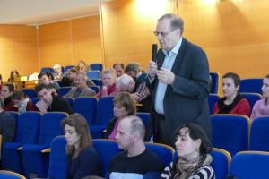Vedúci Geofyzikálneho odboru a zástupca riaditeľa ÚVZ SAV RNDr. Ladislav Brimich,       CSc. odpovedá na otázky členov hodnotiaceho panelu.