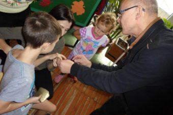 Stanislav Jeleň medzi detskými pacientmi Roosveltovej nemocnice