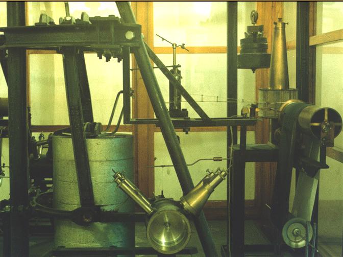 Mechanický seizmograf Mainka s analógovým záznamom na začadený papier, ktorý je v prevádzke od r. 1909 na seizmickej stanici v Hurbanove (založenej v r. 1902). Táto stanica patrí k unikátom v rámci Európy a svojim spôsobom a dĺžkou registrácie má už aj historický význam. / Mechanical seismograph Mainka with analogue recording on a smoked paper. The seismograph has been in operation at the Hurbanovo seismic station since 1909. This seismic station was founded in 1902 and belongs to the historical unicums in Europe.