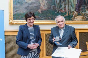 Jozef Michalík s ocenením AV ČR za zásluhy v geologických vedách
