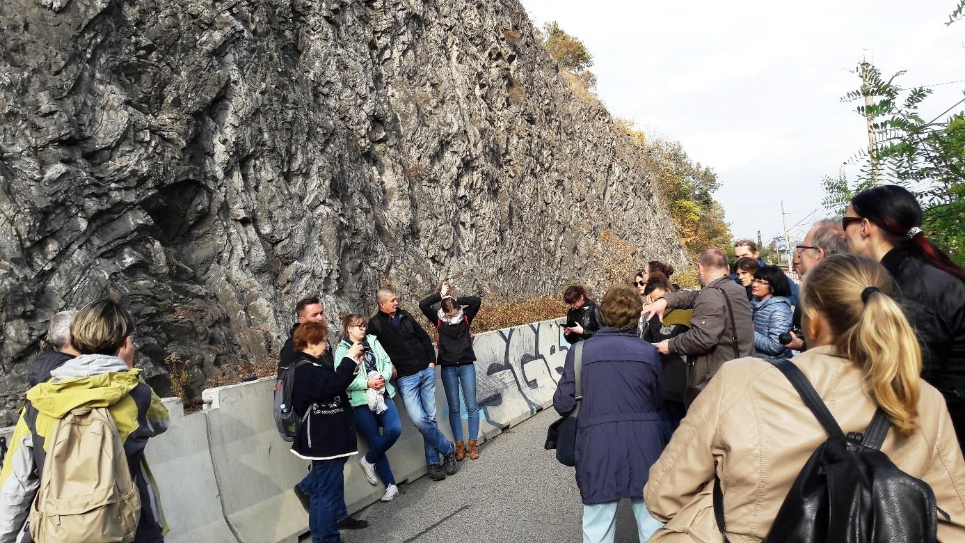 Účastníci exkurzie na lokalite Barrandovské skaly.